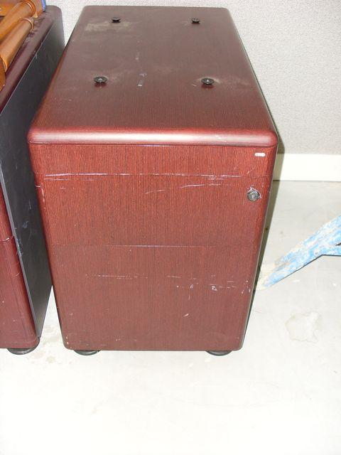 caisson de bureau en bois laque fonce de la marque knoll ouvrant par trois tiroirs. Black Bedroom Furniture Sets. Home Design Ideas