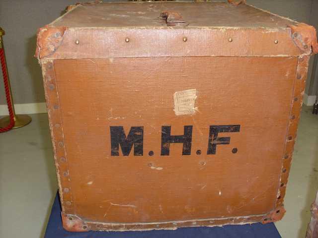 malle de voyage en carton bouilli de forme carree monogrammee mhf on y joint une valise en carton b. Black Bedroom Furniture Sets. Home Design Ideas