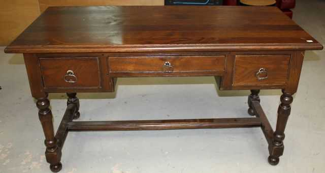 Bureau plat en chene il ouvre par trois tiroirs en ceinture pieds