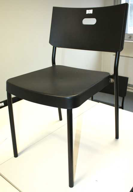 suite de 4 chaises ikea empilables modele herman. Black Bedroom Furniture Sets. Home Design Ideas
