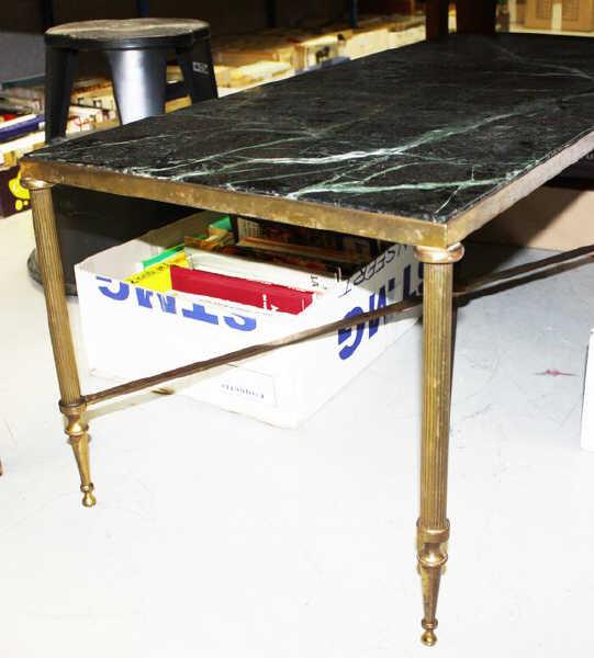 table basse en laiton dore plateau de marbre vert travail des annees 1960 dim 41 x 100 x 46 cm. Black Bedroom Furniture Sets. Home Design Ideas