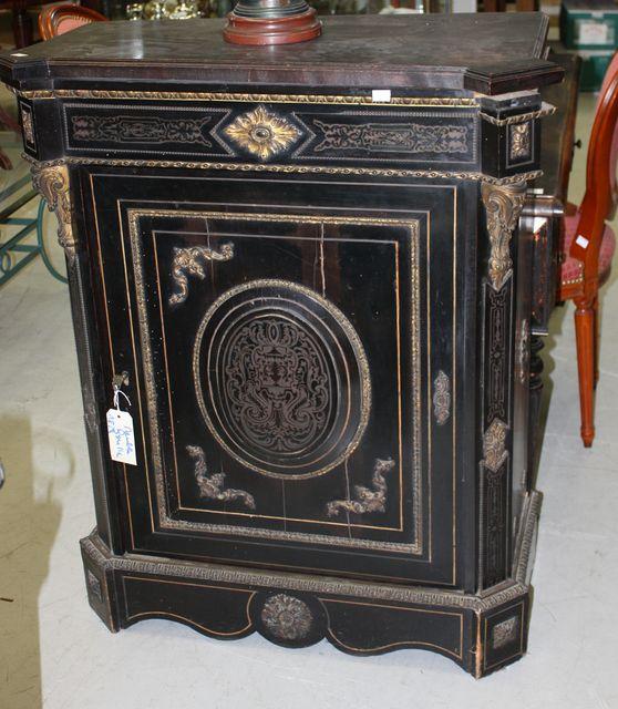meuble a hauteur dappui en bois noirci decor de marqueterie de laiton de style boulle il ouvre par. Black Bedroom Furniture Sets. Home Design Ideas