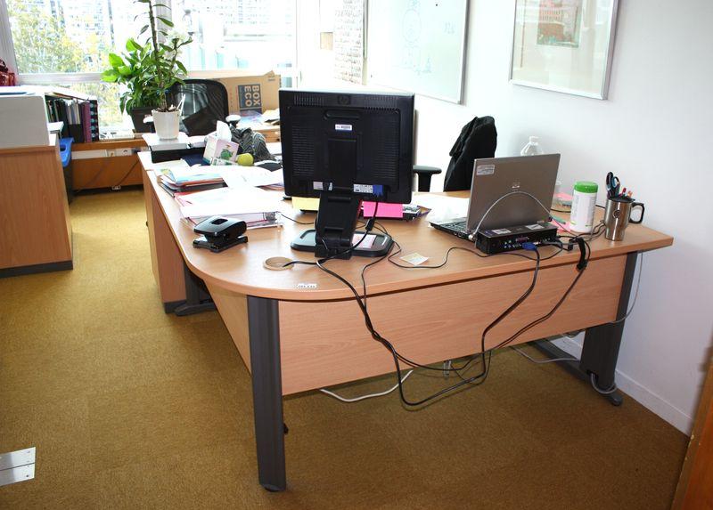 3 bureaux avec retour 3 petits caissons 1 meuble a roulettes 1