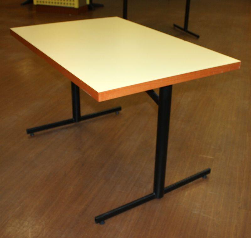Table plateau en bois stratifie creme et pietement en for Table exterieur largeur 80 cm