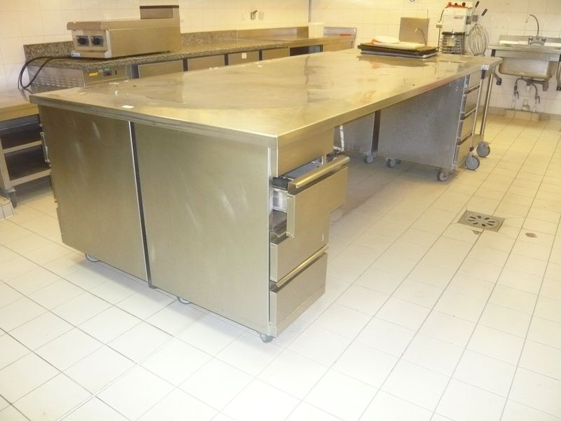 Ilot central en inox compose dun grand plateau for Plateau en inox cuisine
