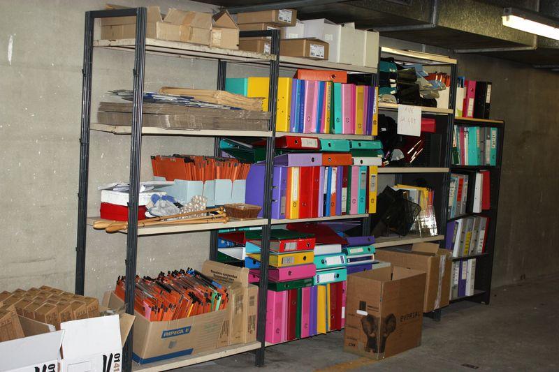 Lot de fournitures de bureau dont bacs en plastique for Fourniture bureau papier