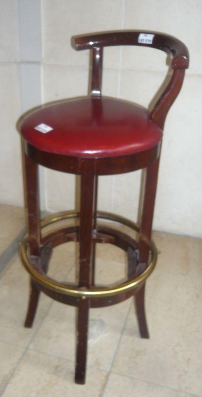 paire de tabourets de bar en bois garniture simili cuir rouge dimensions hauteur 103 cm largeur 40. Black Bedroom Furniture Sets. Home Design Ideas