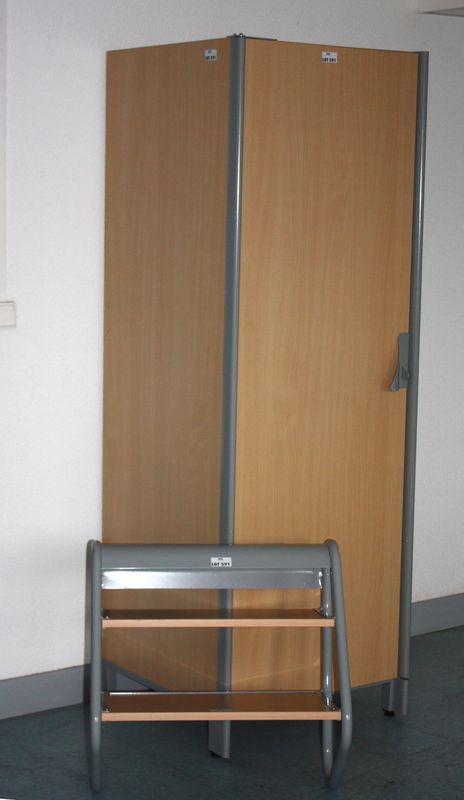 8 armoires penderies structure metallique et bois clair ouvre a une porte permet de fermer avec un. Black Bedroom Furniture Sets. Home Design Ideas