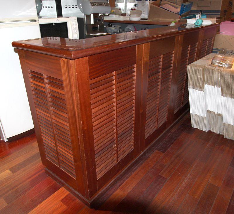 bar avec retour en bois exotique comprenant un evier un bac tiroirs et placards long total env 4 m. Black Bedroom Furniture Sets. Home Design Ideas