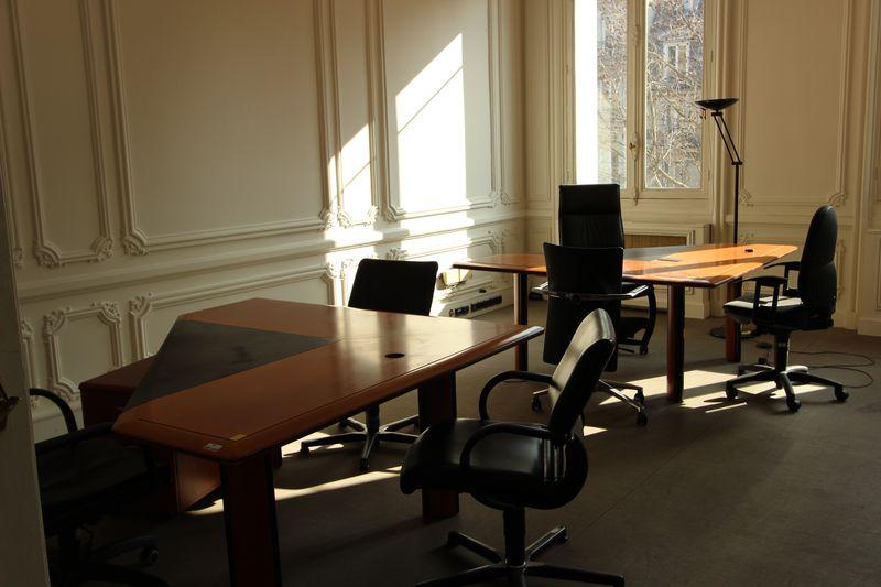 Mobilier de bureau comprenant bureaux triangle caisson
