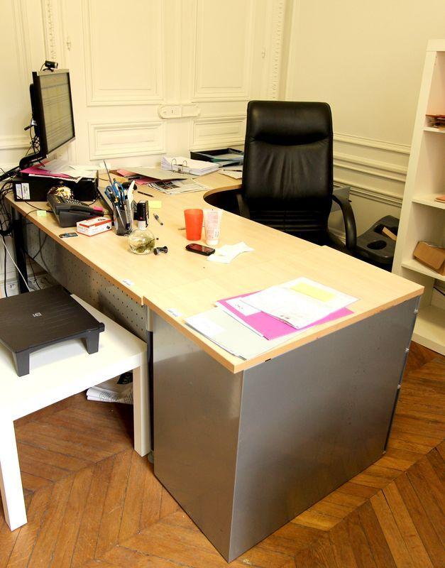 Mobilier de bureau comprenant 3 bureaux en bois clair avec for Mobilier bureau 64