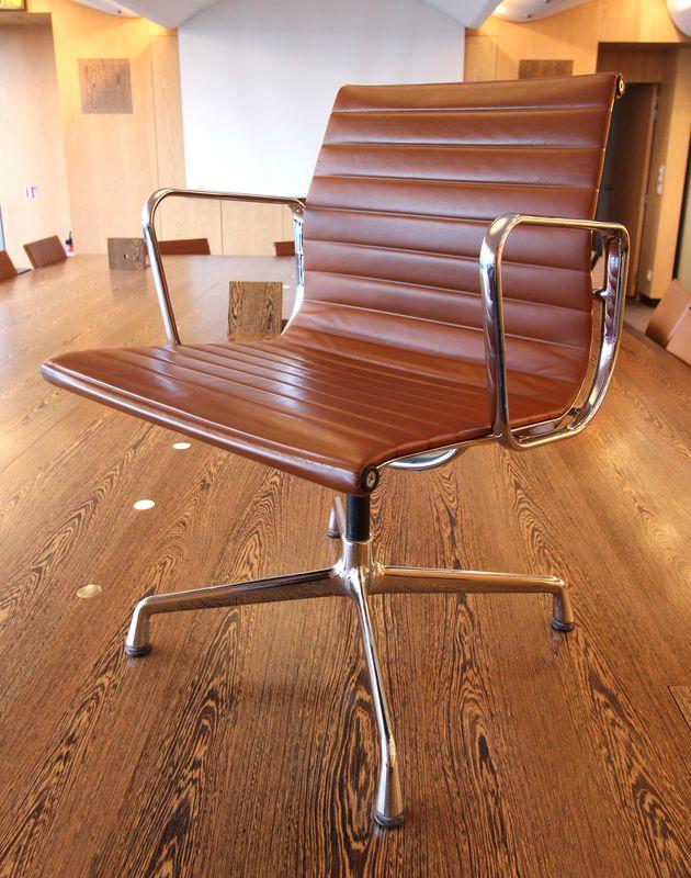 Charles et ray eames par vitra fauteuil en cuir et acier modele 938 147 6e et - Fauteuil ray et charles eames ...