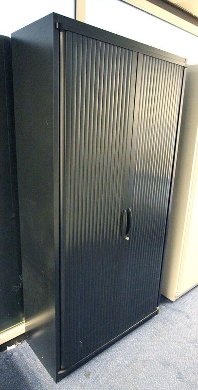 Steelcase grande armoire metallique de couleur noire haut for Grande armoire noire