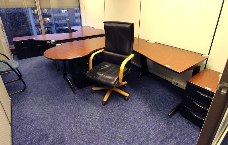 Mobilier steelcase 4 bureaux avec retour 8 caissons 3 for Mobilier bureau 54