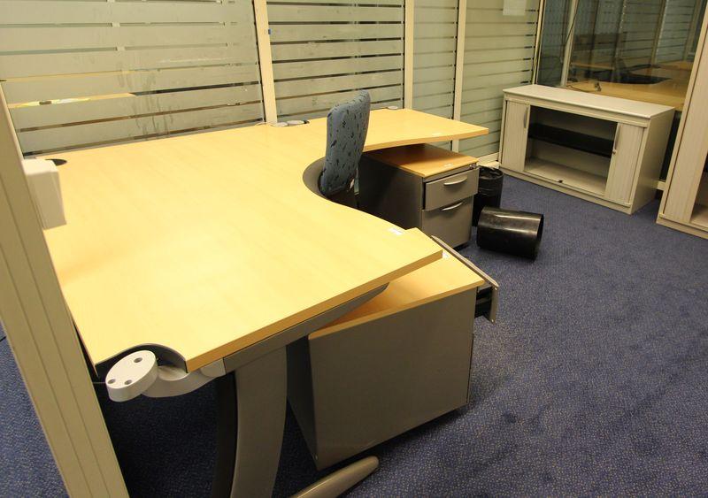 Mobilier steelcase 3 bureaux avec retour 6 caissons 1 fauteuil de bureau 2 chaises dactylo 1 table - Fauteuil de bureau steelcase ...