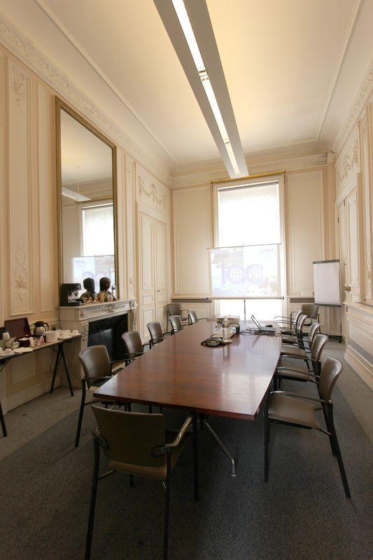 Eames table de conference en placage de bois exotique et pietement metal elle est composee de 4 ele for Placage de bois exotique