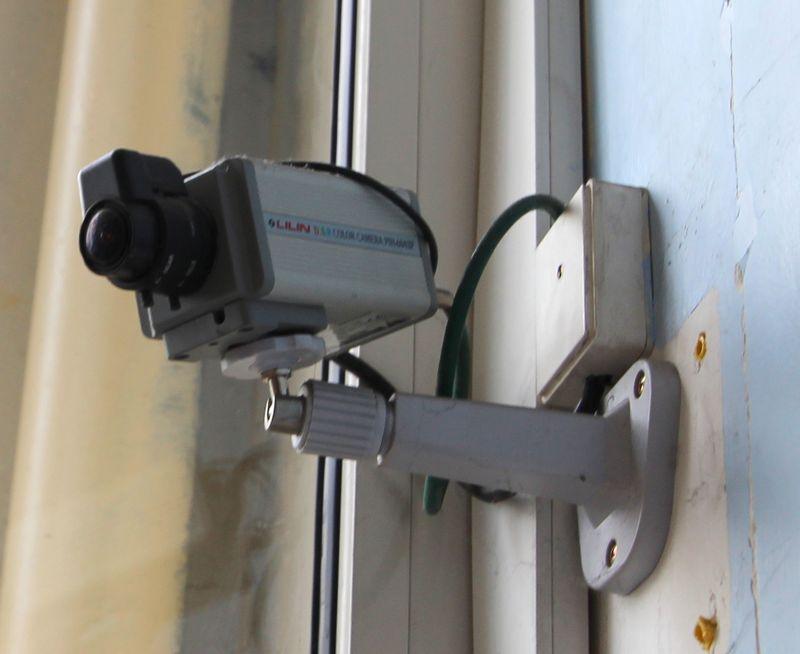 systeme de videosurveillance comprenant 1 enregistreur 16 voies et 8 cameras on y joint deux ecrans. Black Bedroom Furniture Sets. Home Design Ideas