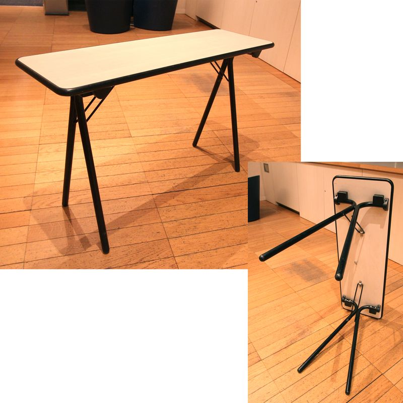 1 table pliante rectangulaire a pietement en metal noir le - Table rectangulaire pliante ...