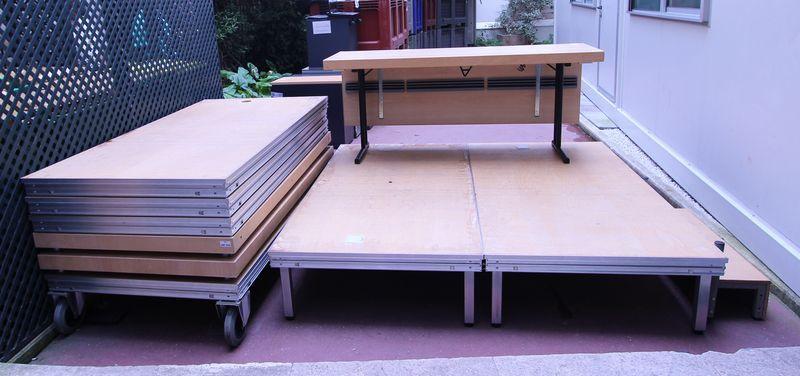 1 estrade modulable comprenant 8 plateaux principaux de 2m x 1m soit 16m2 3 grands bureaux et 2 pet. Black Bedroom Furniture Sets. Home Design Ideas