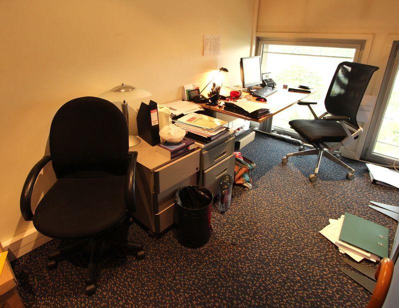 1 bureau arrondi et 1 bureau droit en bois clair et pietement metal