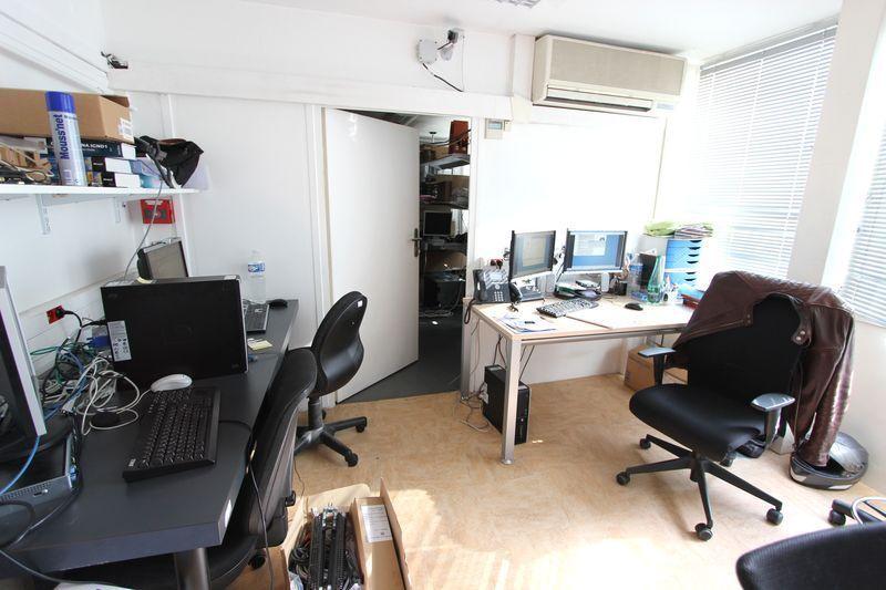 3 bureaux droits en bois clair 1 grand bureau droit noir 3 fauteuils de bureau 3 chaises dactylo 2. Black Bedroom Furniture Sets. Home Design Ideas