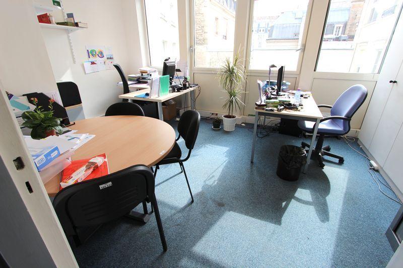 1 bureau droit en bois clair 1 bureau avec retour en bois clair 1 table de reunion circulaire 1 cai. Black Bedroom Furniture Sets. Home Design Ideas