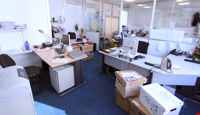 3 bureaux droits en bois clair 1 bureau droit gris 2 bureaux gris