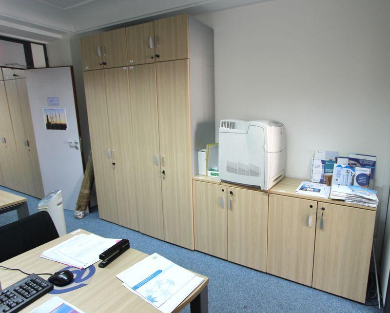 2 bureaux droits en bois clair 5 bureaux en bois clair for Chambre commerce internationale
