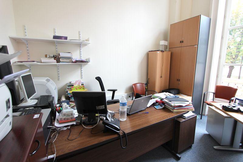 1 bureau droit en bois clair 1 bureau en bois fonce avec retour 5