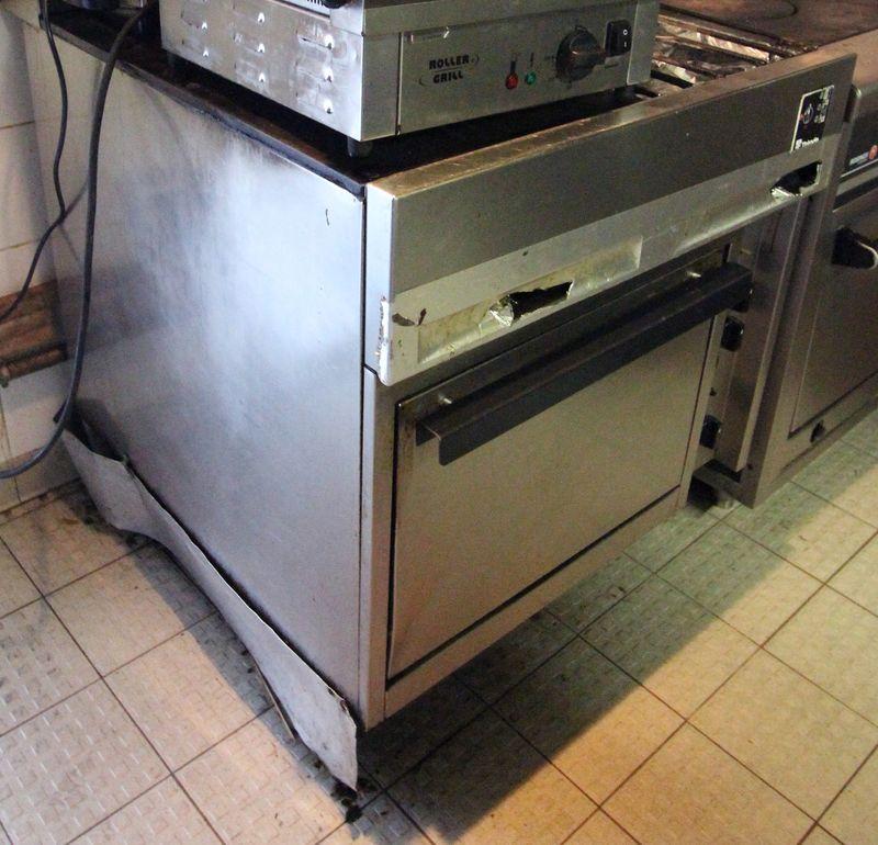 piano 3 feux gaz thirode dont une grande plaque chauffante. Black Bedroom Furniture Sets. Home Design Ideas