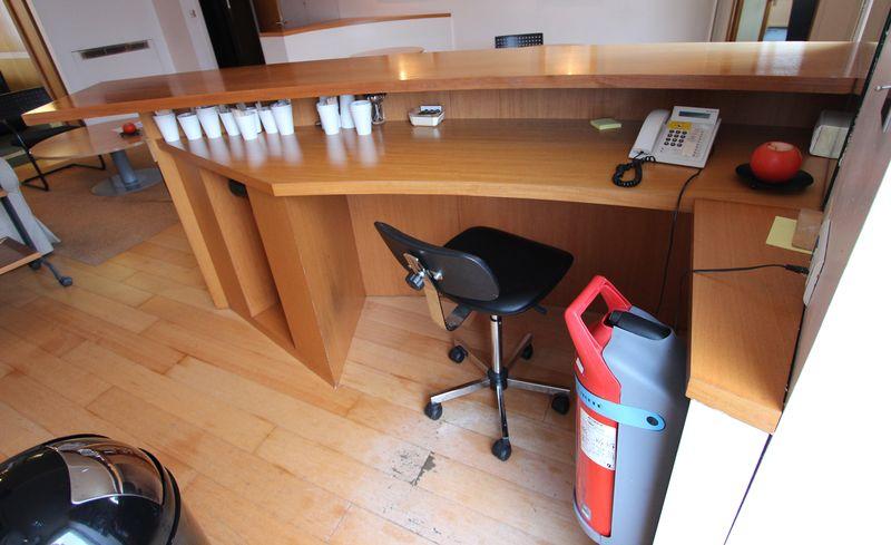 comptoir de bar en bois blond avec barre metallique repose pied longueur 304 largeur 60 profondeur. Black Bedroom Furniture Sets. Home Design Ideas