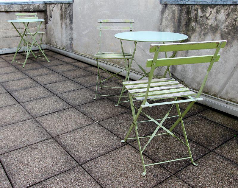 mobilier de jardin en metal et bois peints gris blanc rouge et vert anis comprenant 7 tables rondes. Black Bedroom Furniture Sets. Home Design Ideas
