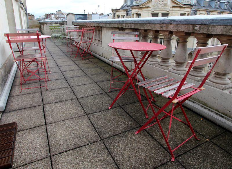 mobilier-de-jardin-en-metal-et-bois-peints-gris-blanc-rouge ...