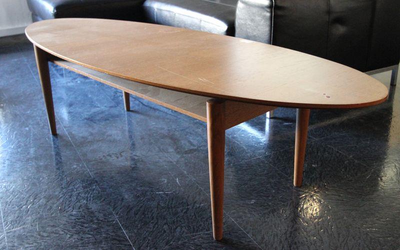 Table basse ovale en bois exotique a pietement fusele for Table basse hauteur 60 cm