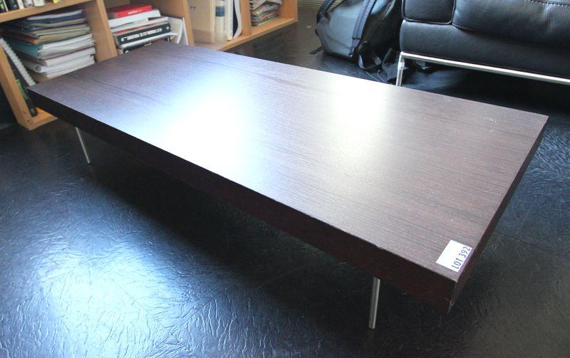 Table basse rectangulaire en bois exotique fonce a pietement en