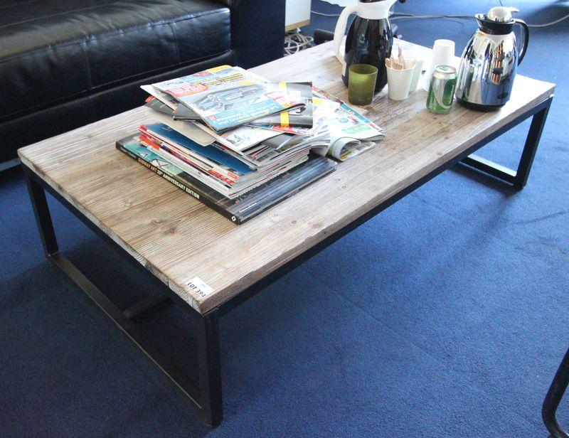Table basse a plateau en pin massif et pietement en metal for Bureau 130x70