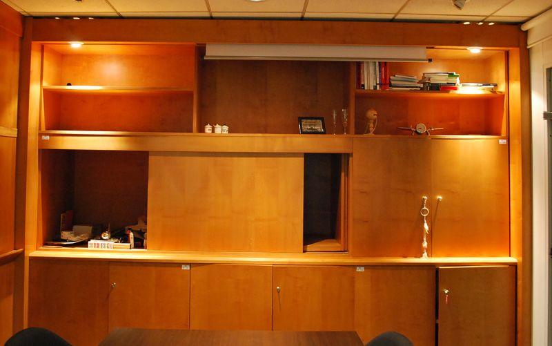 ecran de projection encastre dans une bibliotheque en bois fonce hauteur 250 largeur325 profondeur. Black Bedroom Furniture Sets. Home Design Ideas