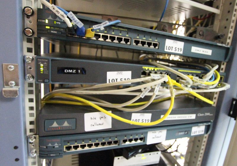 Baie informatique taille 19 standard comprenant 4 switch for Baie vitree taille standard