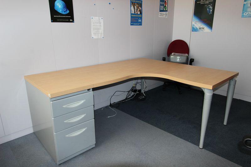 bureau dangle de marque majencia plateau couleur hetre pied gris metal 160 x 160 x 80 cm quantite 3. Black Bedroom Furniture Sets. Home Design Ideas