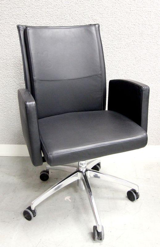 fauteuil de bureau a pietement en metal chrome et garniture de cuir noir de marque shetug hauteur a. Black Bedroom Furniture Sets. Home Design Ideas