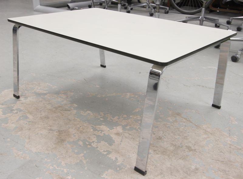 bene table basse a plateau rectangulaire en formica blanc et pietement en metal chrome h 40 l 90 p. Black Bedroom Furniture Sets. Home Design Ideas