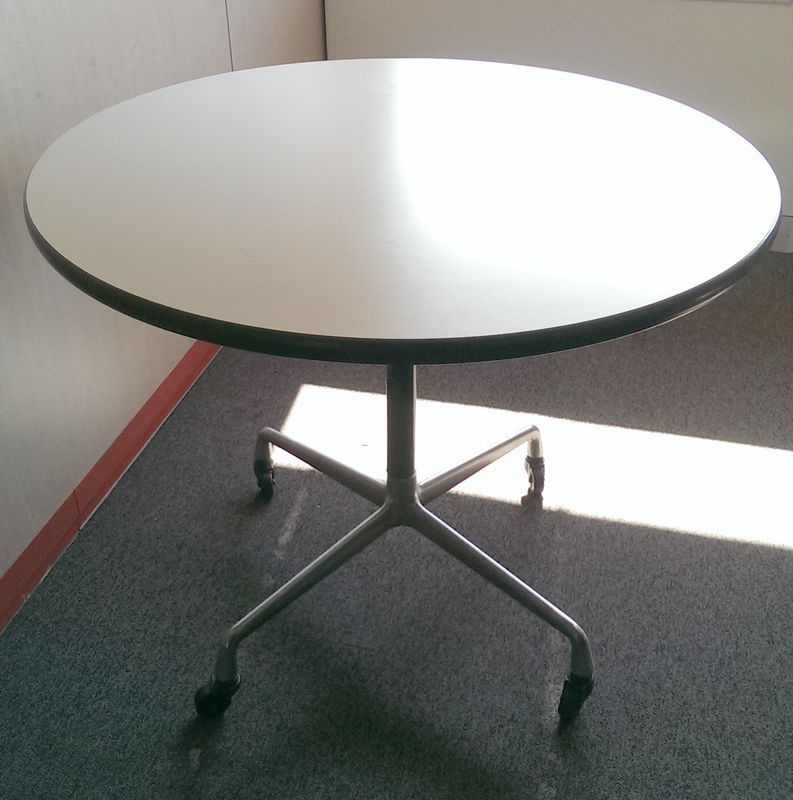 Charles Ray Eames Edition Herman Miller Table Ronde De Conference Sur Roulettes A Plateau Circulair