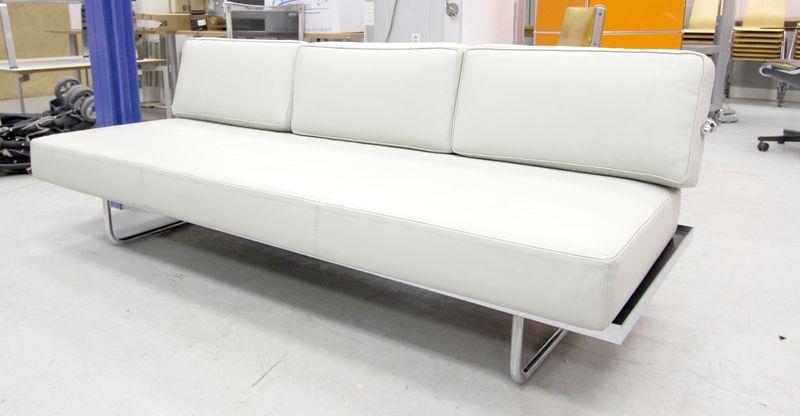 le corbusier edition cassina canape modele lc5 a pietement en acier chrome et garniture de cuir cre. Black Bedroom Furniture Sets. Home Design Ideas