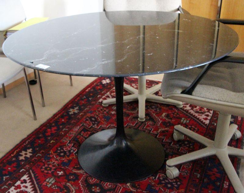 Saarinen dans le gout de table a plateau circulaire en marbre noir