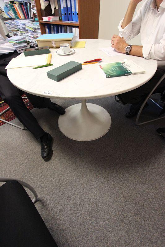 saarinen dans le gout de table circulaire a plateau de marbre blanc et pietement metallique blanc h. Black Bedroom Furniture Sets. Home Design Ideas