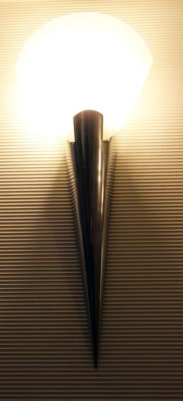 applique murale en metal chrome et verre depoli blanc de forme geometrique de marque naco hauteur 5. Black Bedroom Furniture Sets. Home Design Ideas