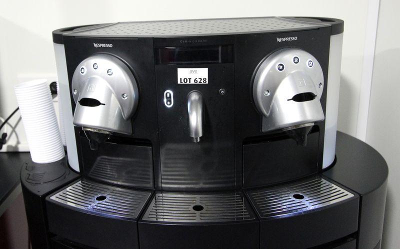 machine a cafe de marque nespresso gemini cs200 pro et son meuble a tiroirs pour capsules sucre et. Black Bedroom Furniture Sets. Home Design Ideas