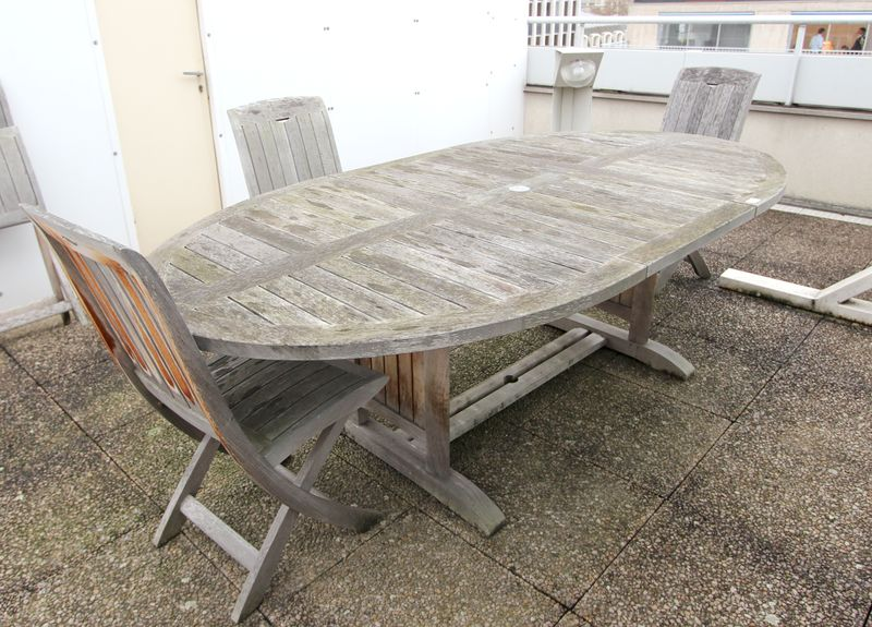 Mobilier de jardin en bois exotique comprenant une table et quatre chaises batiment 6 6e etage for Decaper une table de jardin en bois