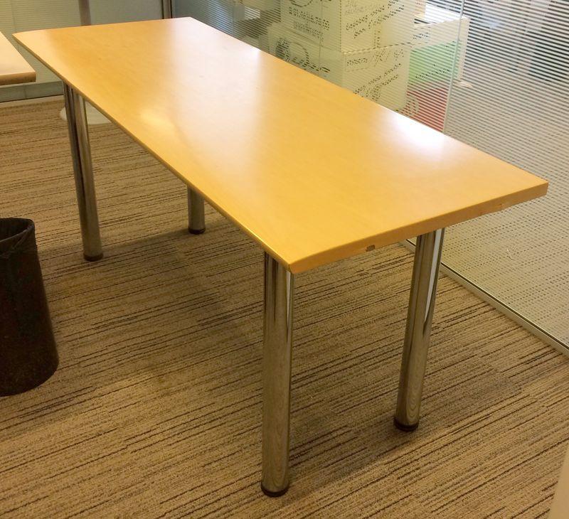 Bureau droit plateau bois de couleur blond clair avec - Bureau avec cache cable ...