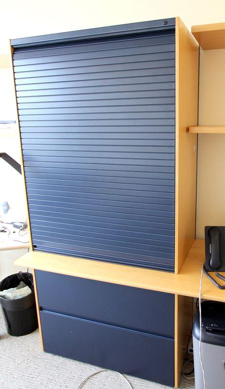 module de rangement en bois blond et metal bleu nuit ouvrant par une porte rideau coulissante en pa. Black Bedroom Furniture Sets. Home Design Ideas